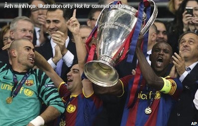 Abidal (phi) c ng i u ti&ecirc;n l&agrave; ngi &oacute;n nhn Cup.