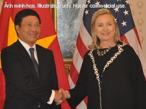 Ngoi trng M Hillary Clinton v&agrave; B trng Ngoi giao Vit Nam Phm B&igrave;nh Minh ti cuc gp.