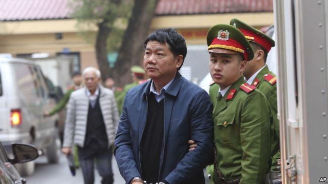 Công an áp giải ông Đinh La Thăng đến tòa.
