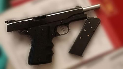 Số tang vật bị tịch thu bao gồm một súng ngắn. Ảnh:Calgary Police
