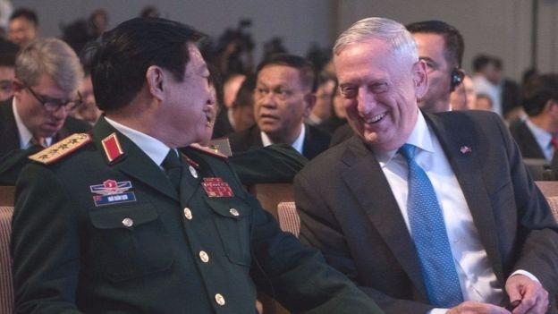 Bộ trưởng Quốc phòng Mỹ Việt gặp nhau bên lề Hội nghị Bộ trưởng Quốc phòng ASEAN mở rộng tại Manila, Philippines vào năm ngoái
