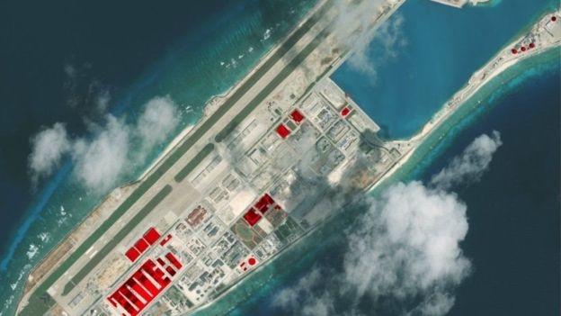 Hình vệ tinh cho thấy cơ sở quân sự của Trung Quốc trên Đá Chữ Thập thuộc Biển Đông, gần đây, cả Philippines và Úc đều bày tỏ quan ngại về các động thái 'kiên cố hóa', 'quân sự hóa' và 'mở rộng' các đảo, đá mà Bắc Kinh chiếm và tuyên bố chủ quyền ở khu vực