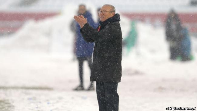 Huấn luyện viên Park Hang-seo cổ vũ tinh thần của các cầu thủ U23 Việt Nam hôm 27/1.