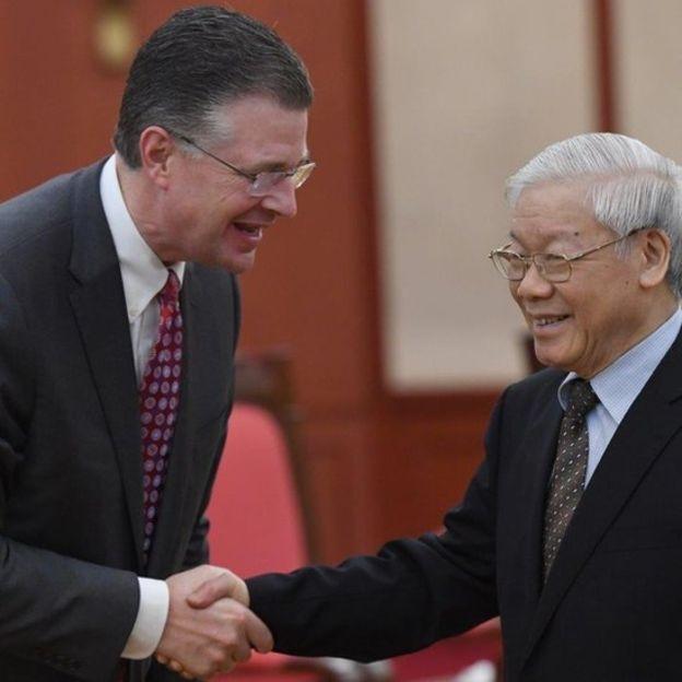 Daniel J. Kritenbrink (trái) bắt tay TBT Nguyễn Phú Trọng