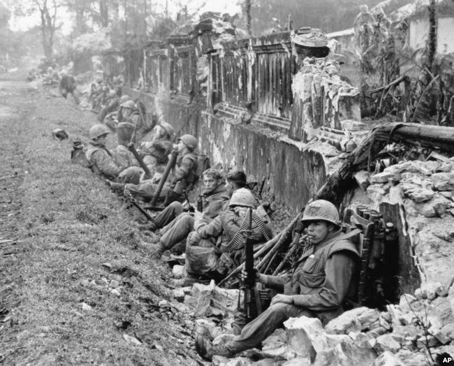 Binh sỹ hải quân Mỹ trong lúc nghỉ giữa các trận đánh ở Huế trong khuôn khổ cuộc tổng tiến công Tết Mậu Thân 1968 của quân Bắc Việt.