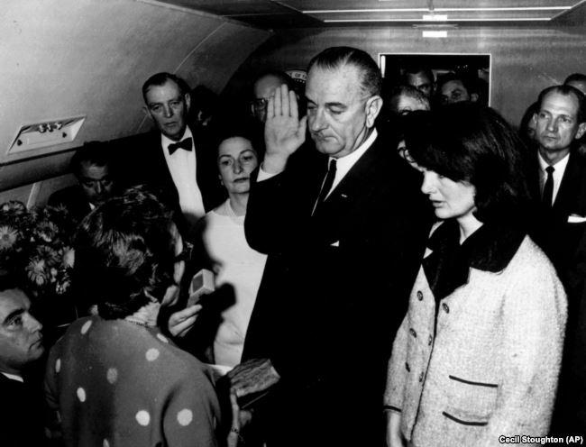 Lyndon B. Johnson trở thành tổng thống Mỹ sau khi Tổng thống John F. Kennedy bị sát hại vào năm 1963. Ông Johnson là người khởi sự cuộc chiến tranh ở Việt Nam vào năm 1965.