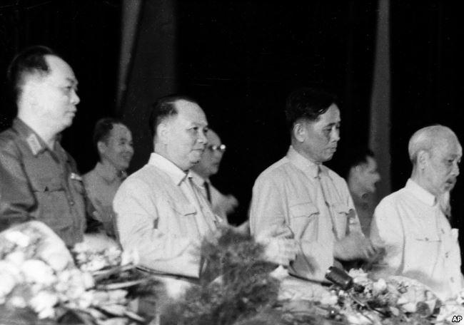 TBT Lê Duẩn (thứ 2 từ bên phải) cùng các lãnh đạo miền Bắc Việt Nam vào năm 1966. Ông Duẩn được coi là người điều hành cuộc tổng tiến công Mậu Thân, chứ không phải Hồ Chí Minh hay Võ Nguyên Giáp.