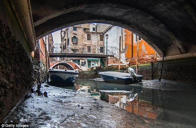 Hàng loạt kênh đào ở Venice cạn trơ đáy sau siêu trăng - Ảnh 2