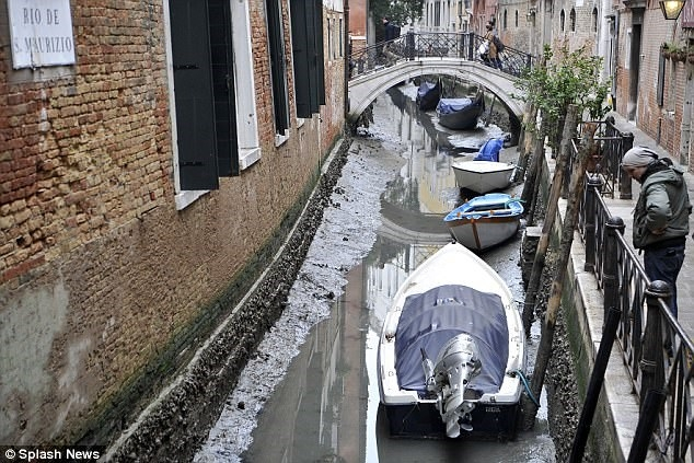 Hàng loạt kênh đào ở Venice cạn trơ đáy sau siêu trăng - Ảnh 4