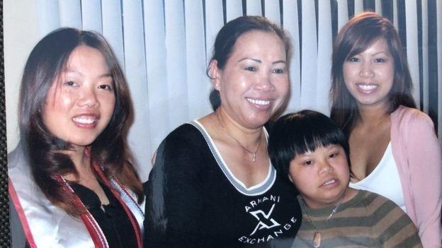 Bà Helen Huỳnh sau lễ tốt nghiệp của con gái Yvonne Ái-Vân Murrey (trái)