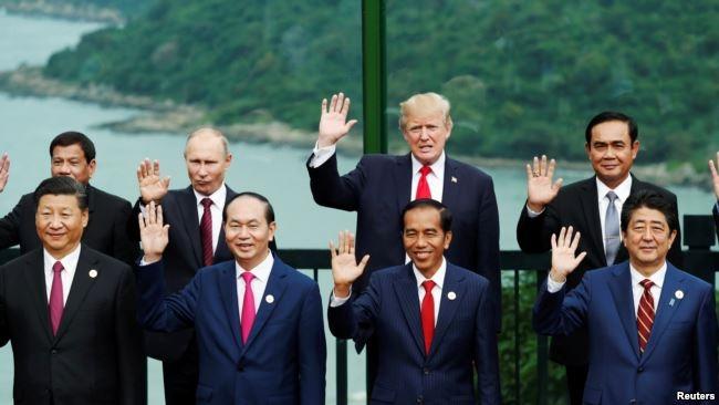 Tổng thống Trump chụp ảnh với lãnh đạo các nước trong đó có Tổng thống Nga Vladimir Putin tại Hội nghị thượng đỉnh APEC ở Đà Nẵng.