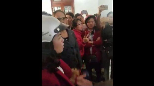 Các giáo viên tìm đến UBND huyện để khiếu nại, đòi giải trình hôm 9/3