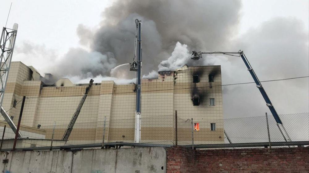 Nhân viên cứu hỏa dập lửa tại trung tâm mua sắm ở Kemerovo
