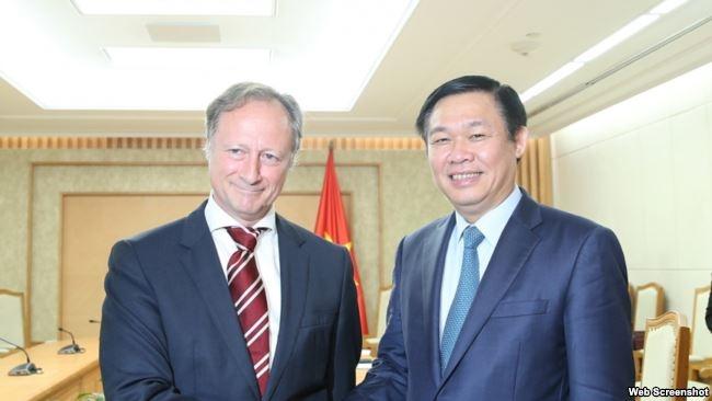 Ông Bruno Angelet, Đại sứ, Trưởng Phái đoàn Liên minh châu Âu (EU) tại Hà Nội và Phó Thủ tướng Việt Nam Vương Đình Huệ, tại Hà Nội, ngày 21/11/2017.