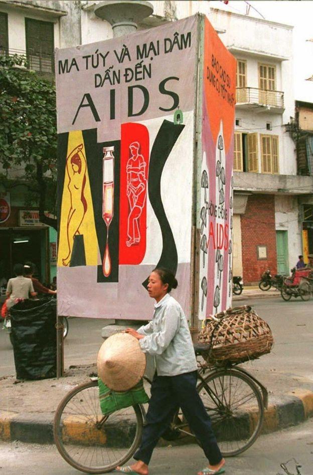 Một biểu ngữ cảnh báo người dân về tác hại của mại dâm và ma túy
