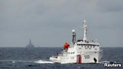 Tàu hải giám Trung Quốc gần giàn khoan dầu gây tranh cãi ở Biển Đông năm 2014.
