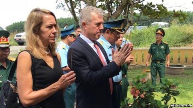 Đại sứ Mỹ Ted Osius và Tổng Lãnh sự Mỹ Mary Tarnowka thắp hương tại Nghĩa trang Biên Hòa, ngày 24/10/2017.