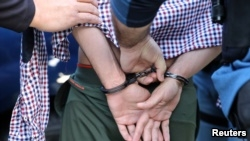 Một di dân bị bắt ở California giữa năm 2017.