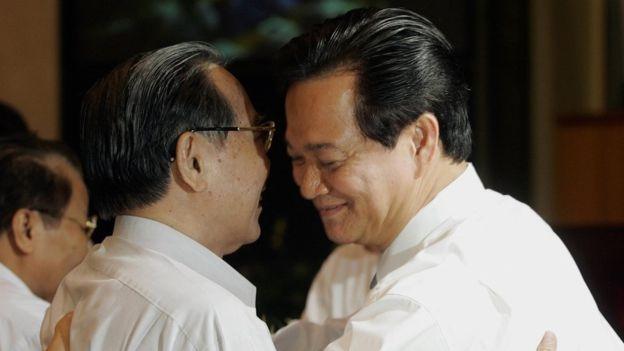 Thủ tướng mãn nhiệm Phan Văn Khải (trái), và tân Thủ tướng Nguyễn Tấn Dũng trong kỳ họp Quốc hội 2006