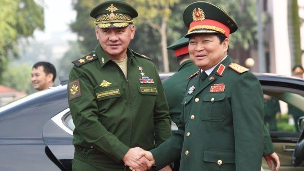 Bộ trưởng quốc phòng Nga Sergey Shoygu gặp Bộ trưởng quốc phòng Việt Nam Ngô Xuân Lịch tại Hà Nội tháng Giêng 2018