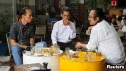 Hai người bị Mỹ trục xuất về Việt Nam, ông Bùi Thanh Hùng (trái) và ông Phạm Chí Cường (giữa) tại một quán cafe ở TP. HCM, ngày 19/4/2018.
