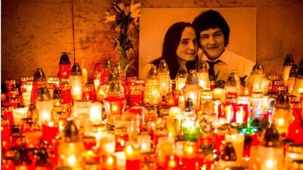 Hàng trăm ngọn nến được đặt trước bức chân dung của nhà báo điều tra Jan Kuciak và bạn gái Martina Kusnirova ở trung tâm Bratislava đêm 27/2/2018