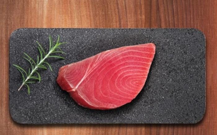 Cá ngừ vây xanh ở chợ cá Tsukiji, Tokyo (Nhật Bản) có giá vô cùng đắt đỏ, có