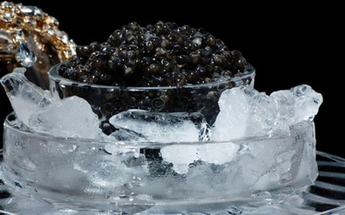 Caviar – trứng cá muối đen từ loài cá tầm, là một trong những món ăn sang trọ