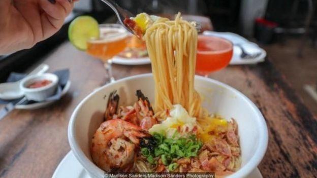 Nhà hàng Meauxbar bắt đầu bán yakamein sau khi một trong những đầu bếp chia sẻ món ăn này do mình làm cho các nhân viên nhà hàng.