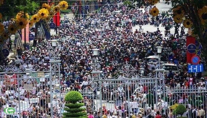 Người dân tụ tập rất đông trước của Dinh Độc Lập - Q1 - TPHCM