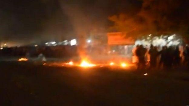 Người biểu tình được nhìn thấy đã ném gạch đá và bom xăng về phía công an hồi tháng 4/2015