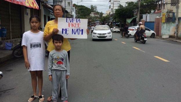 Bà Tuyết Lan, mẹ Nguyễn Ngọc Như Quỳnh, cùng hai con nhỏ của Quỳnh