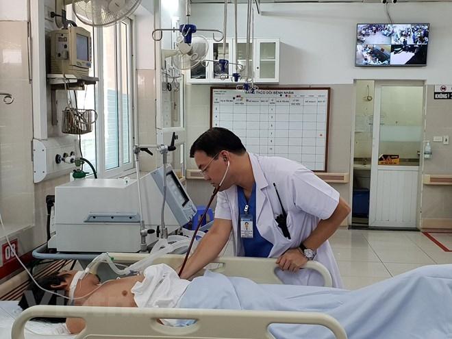 Bệnh nhân bị say nắng trong tình trạng hôn mê tại Bệnh viện Bạch Mai. (Ảnh: T.G/Vietnam+)