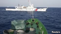 """Tàu Trung Quốc và Việt Nam """"vờn"""" nhau ở Biển Đông năm 2014."""