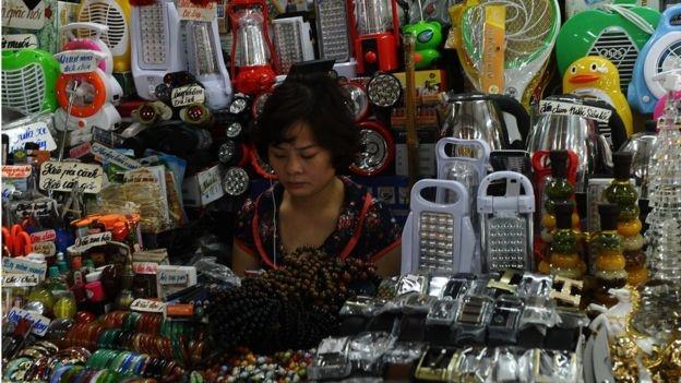 Phụ nữ bán hàng TQ tại chợ Đông Kinh, Lạng Sơn.