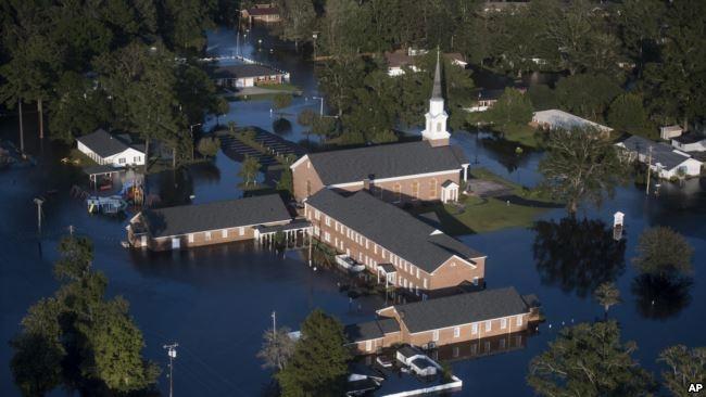 Một nhà thờ ở thành phố Conway, bang South Carolina, bị ngập trong nước.