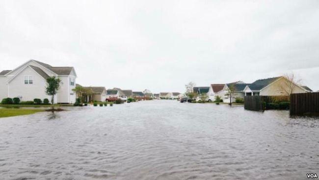 Nhiều con đường ở bang North Carolina chìm trong nước.