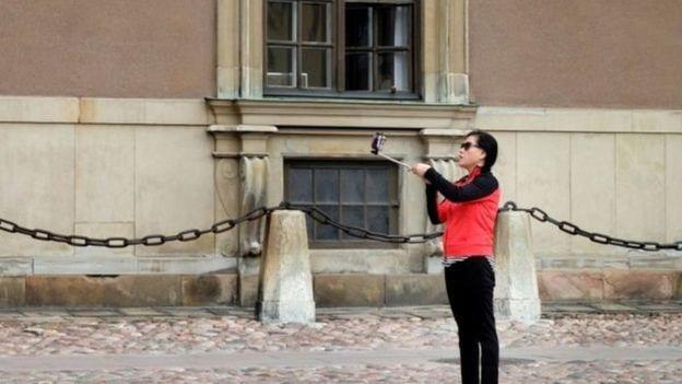 Một khách du lịch Trung Quốc chụp selfie ở Stockholm