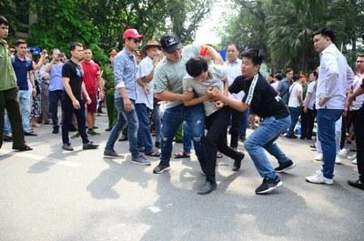 Hình minh họa. Người biểu tình ở Hà Nội bị an ninh bắt hôm 10/6/2018 .