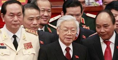 Tổng Bí Thư Nguyễn Phú  Trọng (giữa), Thủ tướng Nguyễn Xuân Phúc (phải) và Chủ tịch nước Trần Đại Quang (trái) chụp ảnh tại lễ bế mạc Đại hội đảng Cộng sản Việt Nam ở Hà Nội hôm 28/1/2016