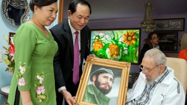 Fidel Castro nhận quà tặng từ ông Trần Đại Quang và phu nhân, bà Nguyễn Thị Hiền