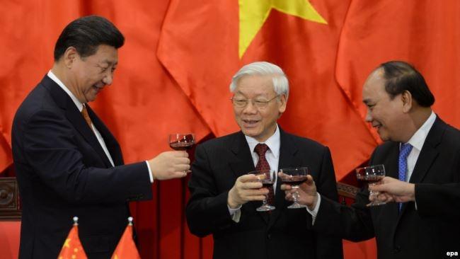 Tổng bí thư Nguyễn Phú Trọng và Thủ tướng Nguyễn Xuân Phúc trong buổi tiếp đón Chủ tịch Trung Quốc Tập Cận Bình năm 2016.