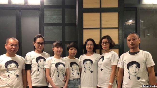 Các blogger ở Hà Nội mặc áo có in hình chân dung tù nhân lương tâm Trần Huỳnh Duy Thức. Facebook Lê Hoàng