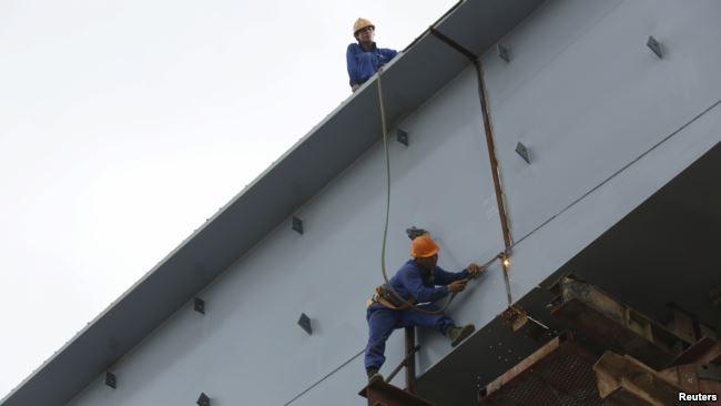 Công nhân xây dựng đang làm việc trên một đường cao tốc ở Hà Nội.