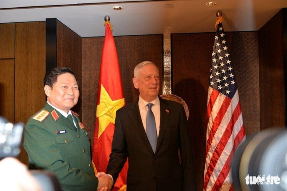 Bộ trưởng Quốc phòng Việt Nam Ngô Xuân Lịch (trái) và Bộ trưởng Quốc phòng Mỹ James Mattis tại cuộc họp bên lề Đối thoại Shangri-La sáng 1-6