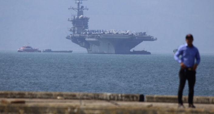Tàu sân bay Mỹ USS Carl Vinson tại cảng Tiên Sa ở Đà Nẵng