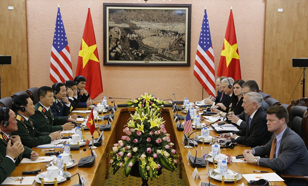 Bộ trưởng Quốc phòng Mỹ Jim Mattis và Bộ trưởng Quốc phòng Việt Nam Ngô Xuân Lịch trong cuộc họp tại Hà Nội