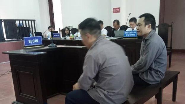 Hình ảnh hai bị cao Lê Ngọc Hoàng (phải) và Ngô Văn Sơn tại phiên tòa phúc thẩm hôm 2/11
