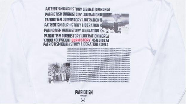 Dòng khẩu hiệu và hình ảnh quả bom nguyên tử thả xuống thành phố của Nhật Bản được in trên chiếc áo