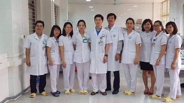 Bác sĩ Lương (áo xanh, giữa) cùng các đồng nghiệp tại Bệnh viện Hòa Bình